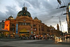 picture of flinders st building in melbourne australia